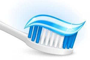 Чистка зубов для устранения запаха