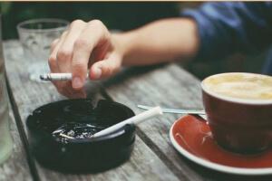Выкуривание сигареты за чашкой кофе