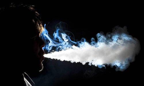 Густой пар при курении электронных сигарет