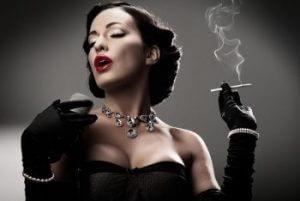 Кокетство женщин с помощью курения