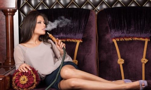Курит кальян