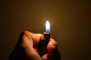 Зажигалка в руках