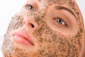Распаривание и скрабирование кожи лица