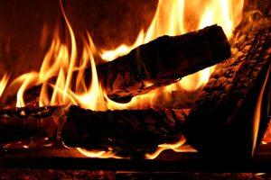 Разжигание угля на костре