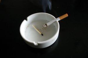 Использование пепельницы при курении