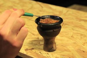 Забивка чаши табаком